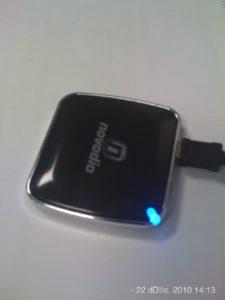 La diode est bleue : la batterie recharge un appareil mobile.