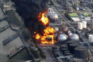 Tsunami au Japon : incendies dans une raffinerie