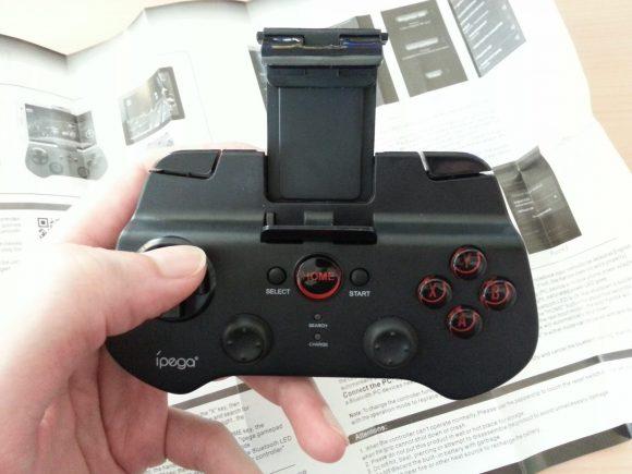 La manette en main : petite et peu ergonomique.