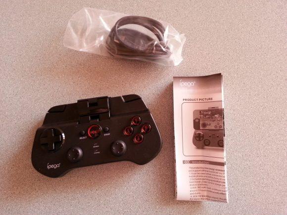 Le contenu de la boite : manette, cordon de rechargement et notice incompréhensible