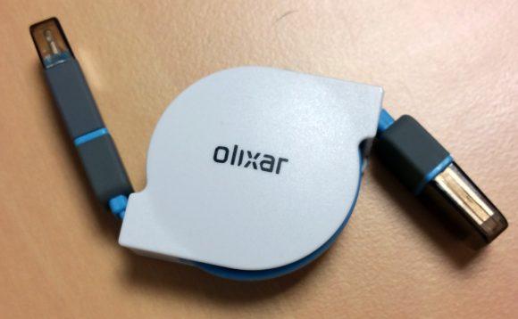 Vue du dessus du câble de charge rétractable Olixar Micro USB & Lightning enroulé
