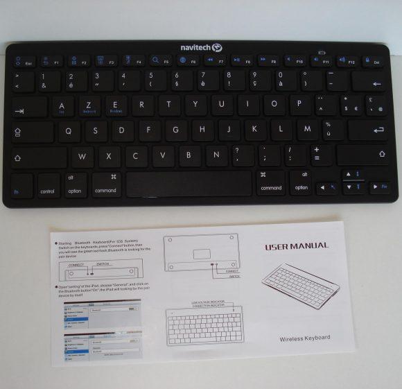 La notice du clavier bluetooth AZERTY universel Navitech et le clavier lui-même.