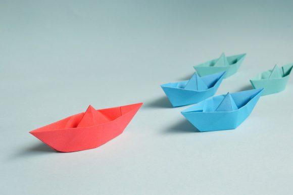 Bateaux en papier rouge et bleu