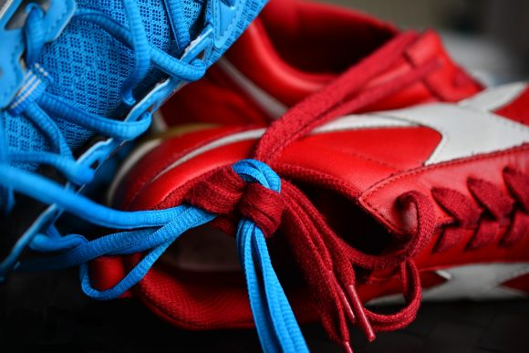 Lacets de chaussures noué rouges et bleu