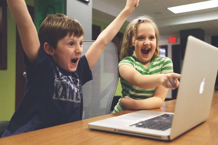 Enfants geek jouant à l'ordinateur