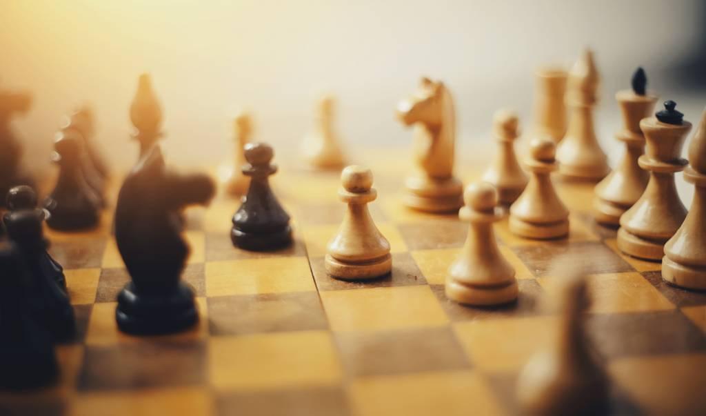 s'amuser en jouant aux échecs